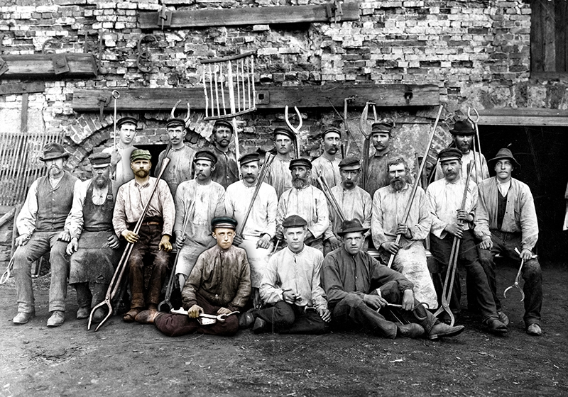 svartvitt gruppfotografi av arbetare vid ett bruk