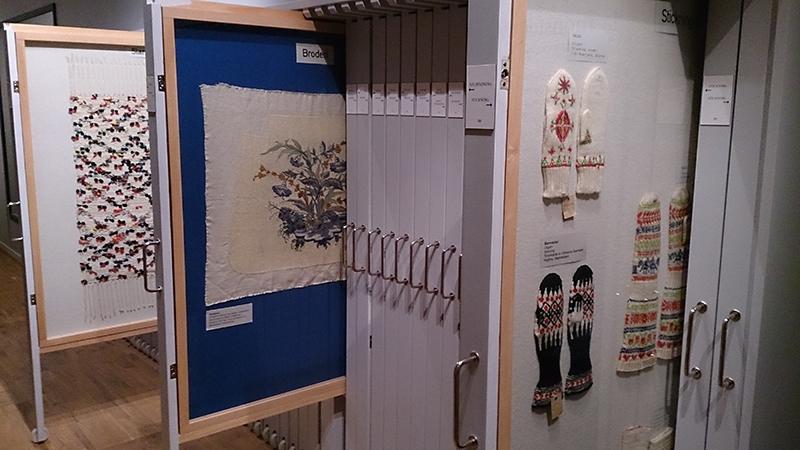 stående arkivskåp med textilier och sömnad