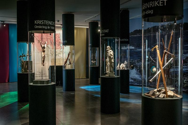utställningssal med föremål i glasmontrar formade som pelare