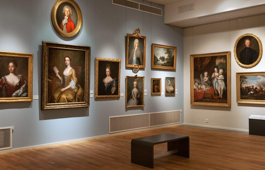 en utställningssal med gamla 1700talsporträtt