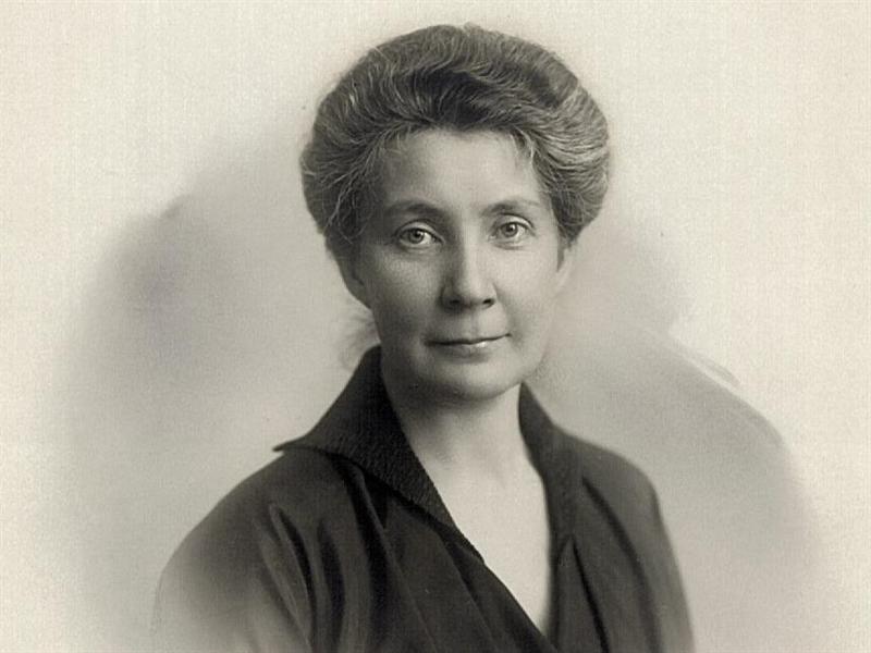 svartvitt porträtt av Hedvig Ulfsparre med uppsatt hår och mörk blus