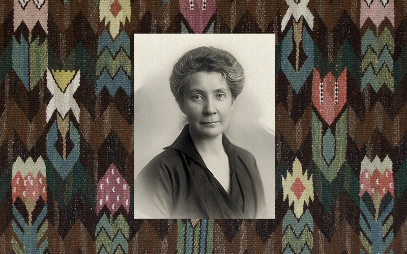 porträtt av Hedvig monterat ovanpå en blommig väv