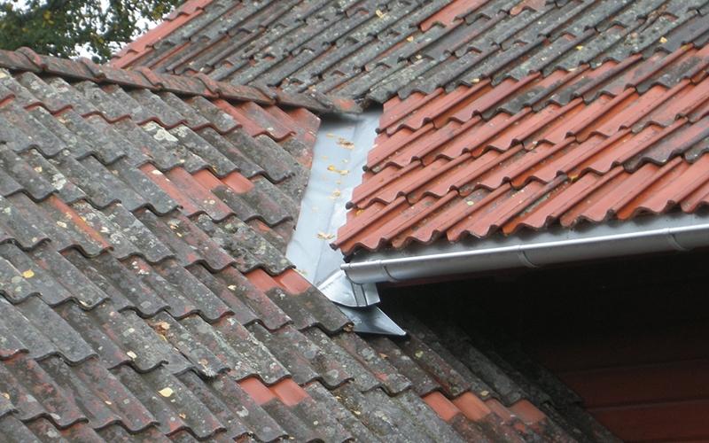 Tegeltak med några nyare takpannor