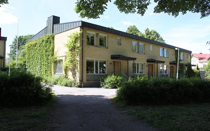 radhus med svart tak och gult tegel