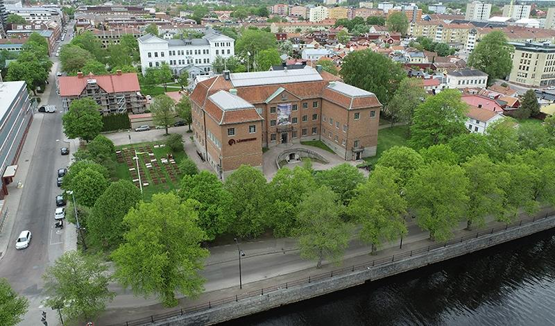 flygbild över museibyggnad med grönskande träd runt om