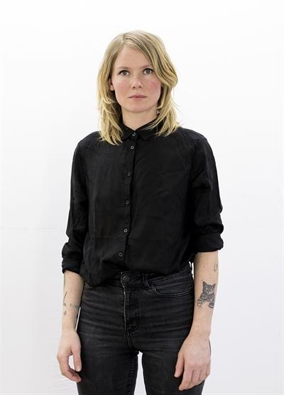 Ella Tillema i svart skjorta och svarta jeans