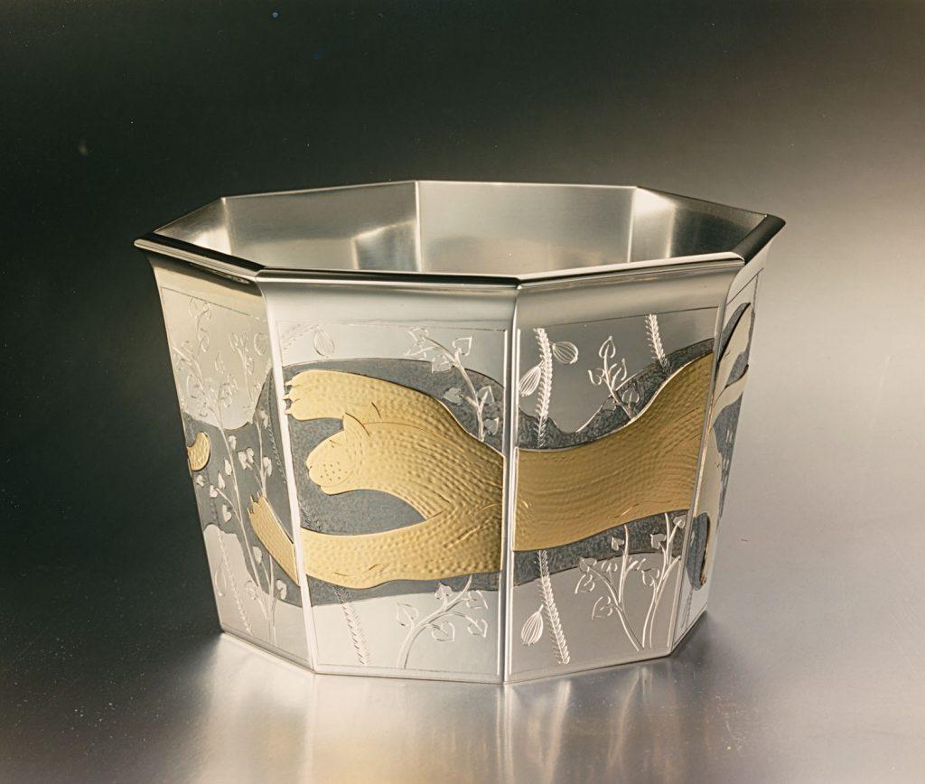 skål i guld och silver dekorerad med lejon