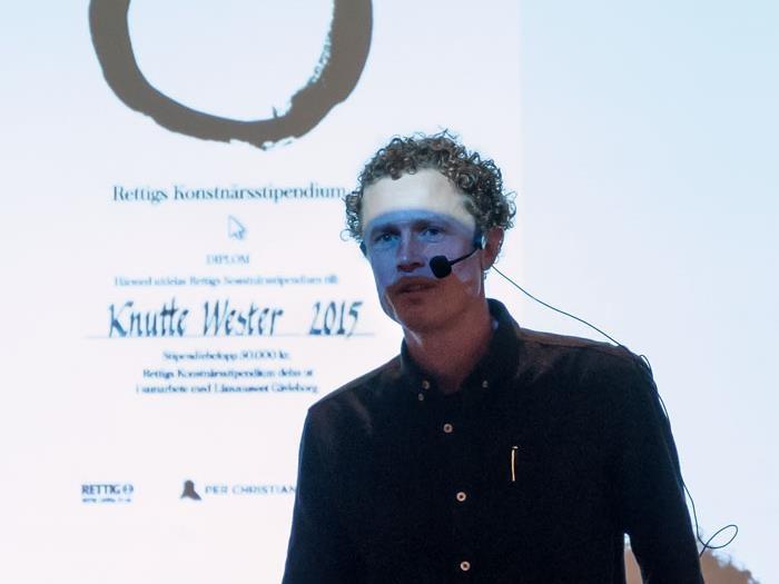 Knutte Wester i svart skjorta och headset
