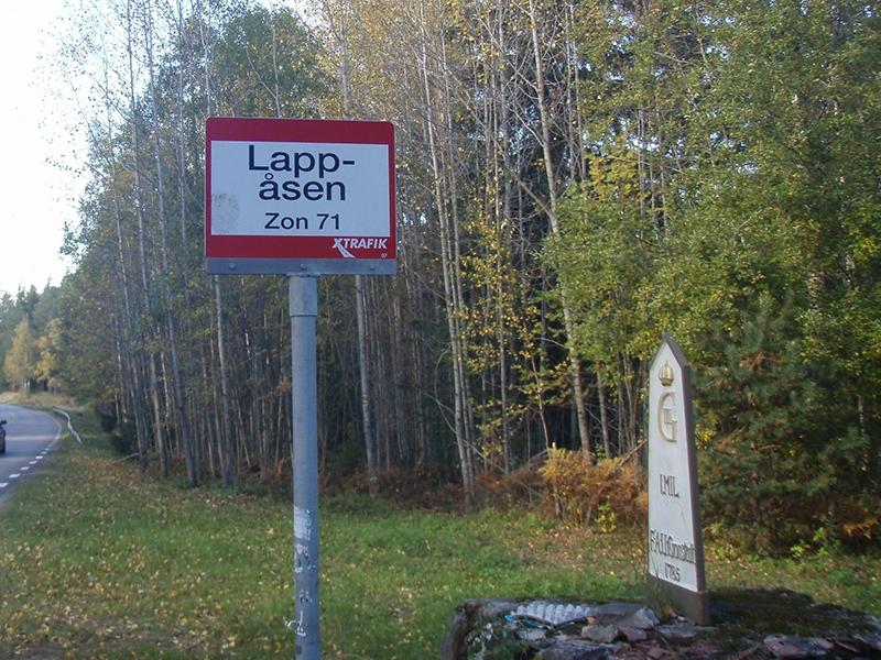 milstolpe och busshållplats vid väg märkt lappåsen zoon 71