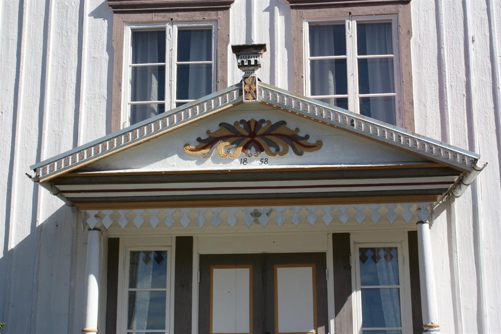 snickarglädje, målad dekorerad ytterdörr och farstukvist