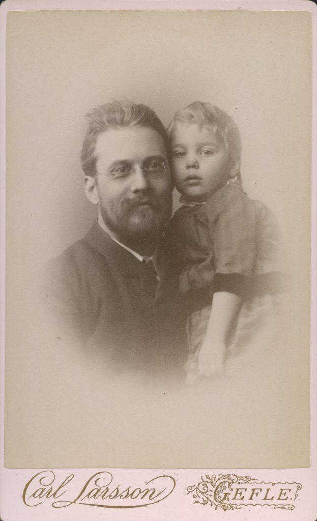 Äldre svartvitt porträtt av far och son