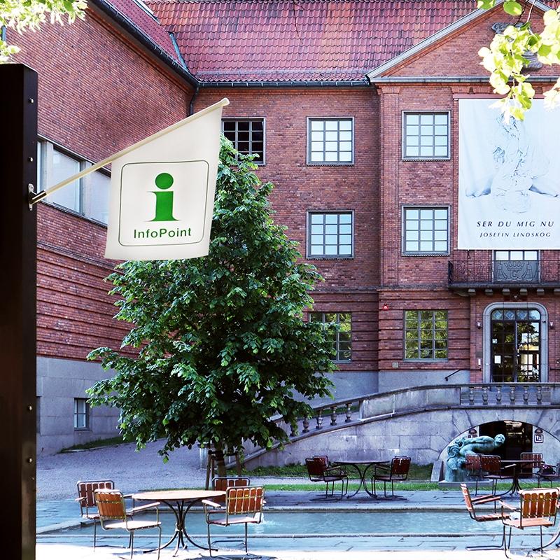 vit flagga med grön i för infoPoint utanför länsmuseets byggnad