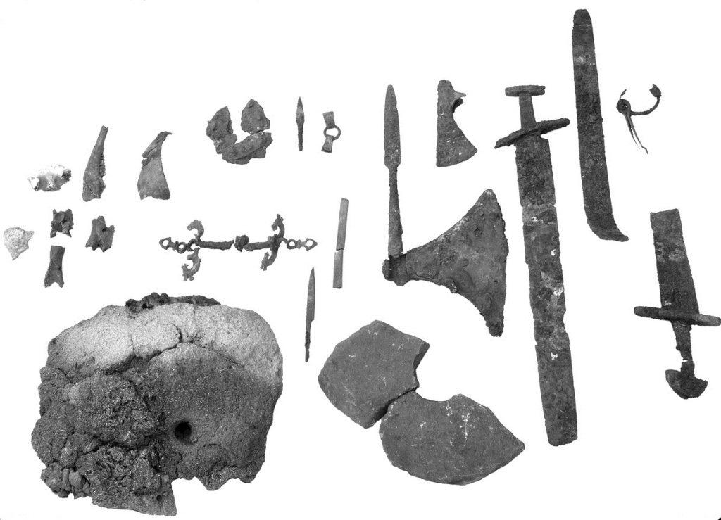 Blästmunstycke och metallfynd från utgrävning