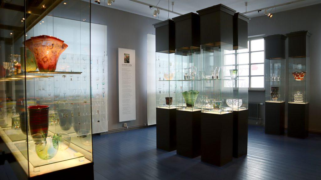 glasmontrar med glasobjekt i cyrensalen