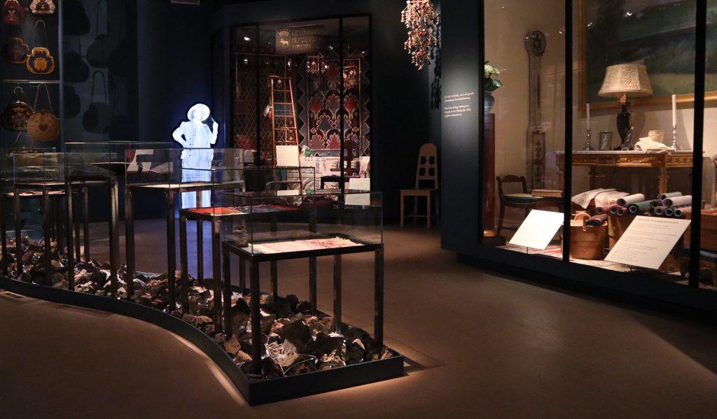 utställning med glasmontrar textilier och möbler
