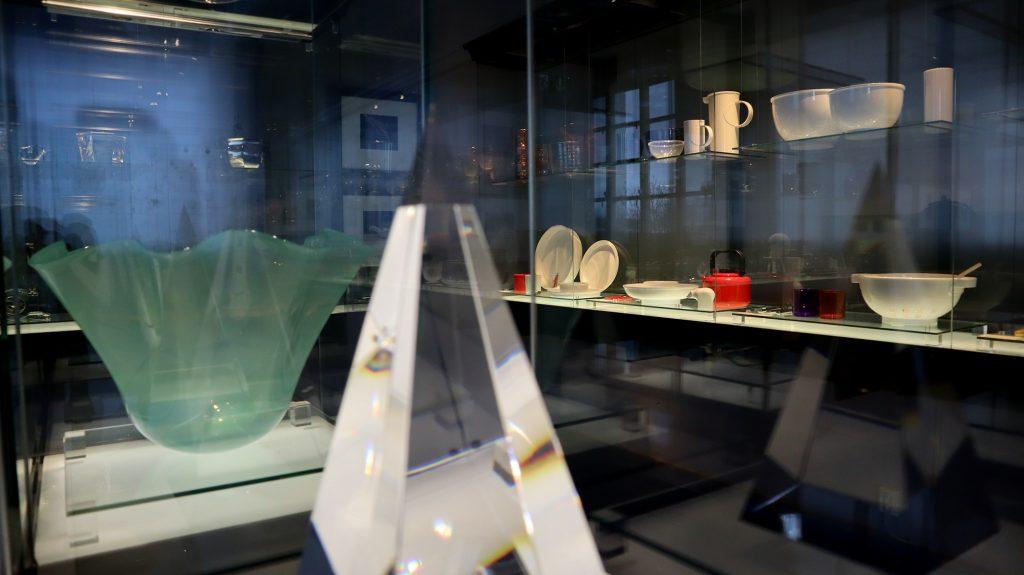 gunnar cyrens samlingsobjekt, glasskålar i glasmontrar