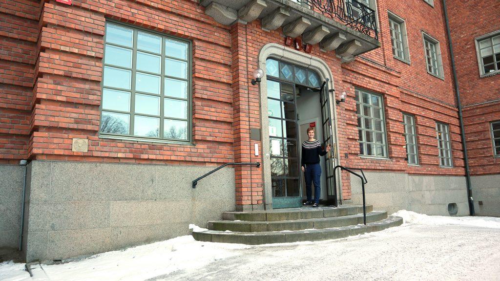 medarbetare håller upp dörren i entré till museum