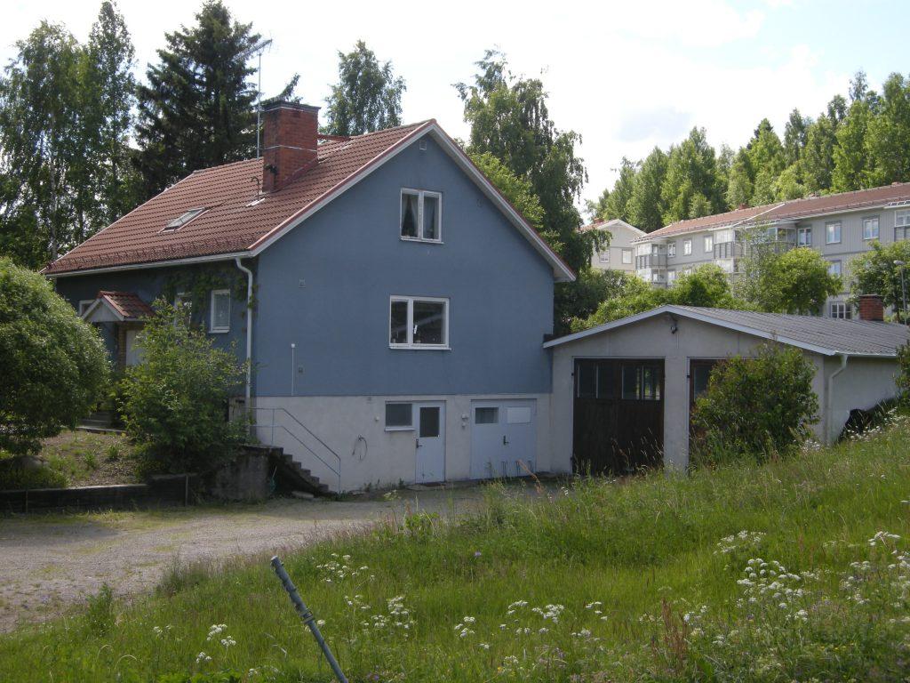 Enfamiljshus med putsade fasader.