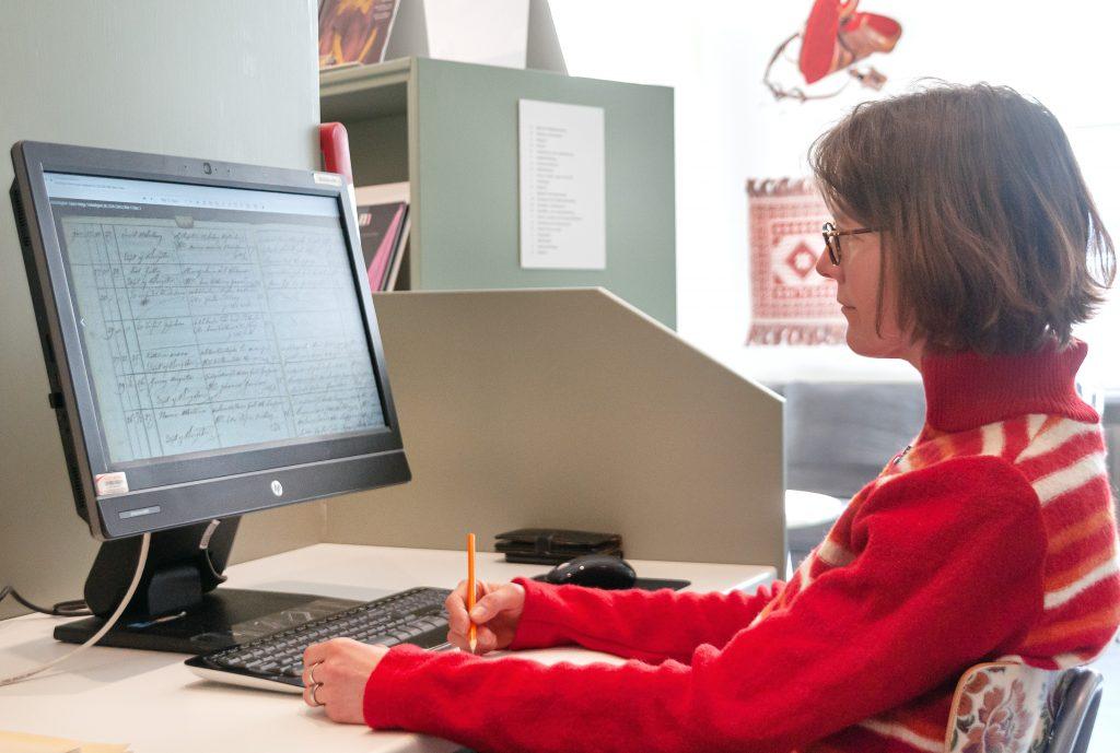 Person sitter vid en dator
