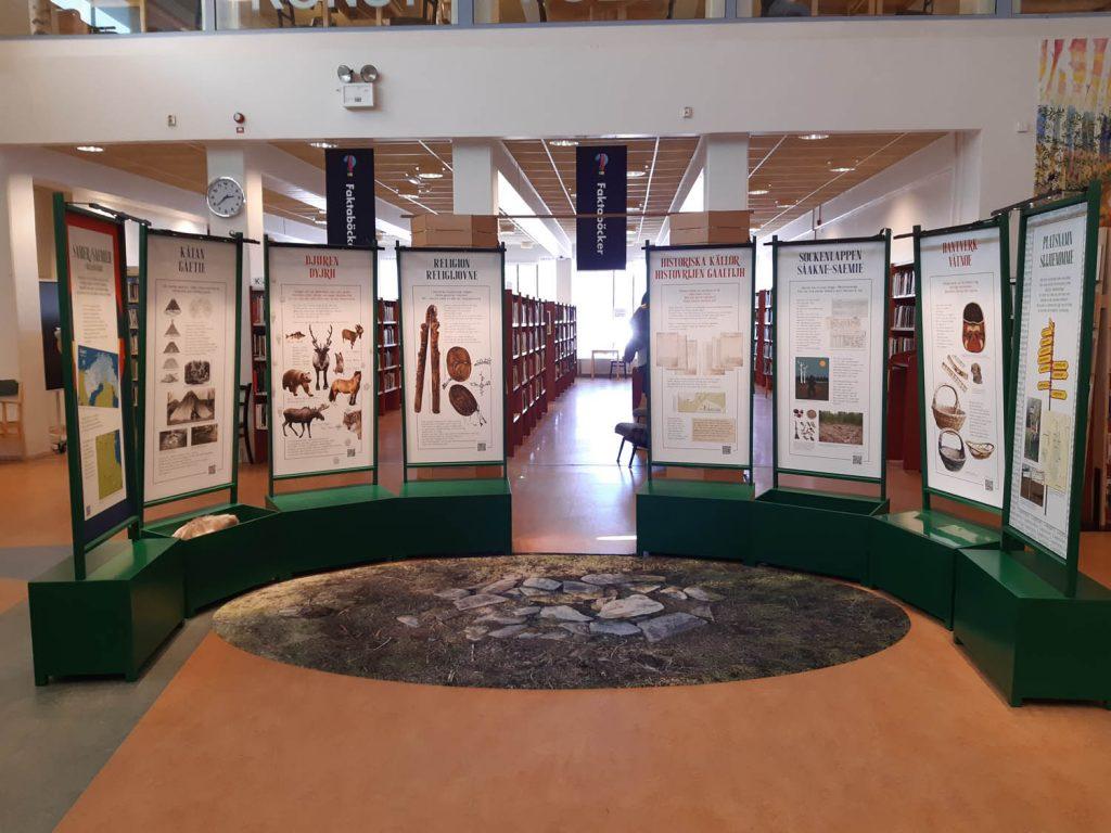 Utställningen Ohtsedidh uppställd i en halvcirkel. Platsen är ett bibliotek.