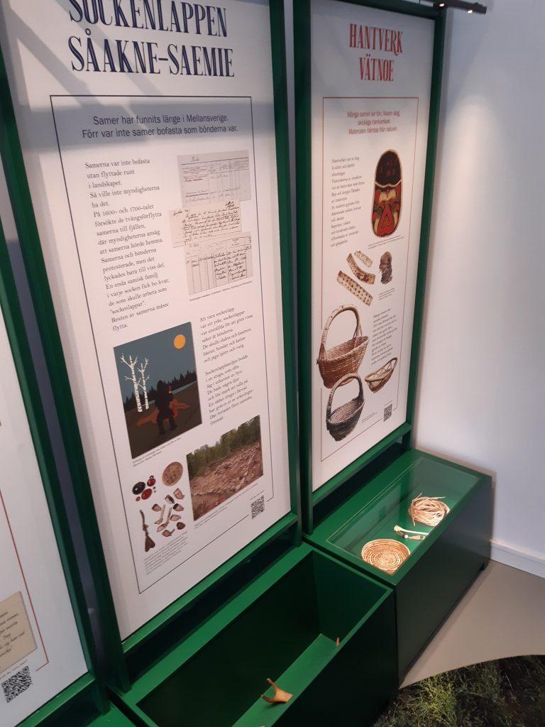 Två moduler till utställningen Ohtsedidh. Affischdel för text och bild och monterdel för föremål