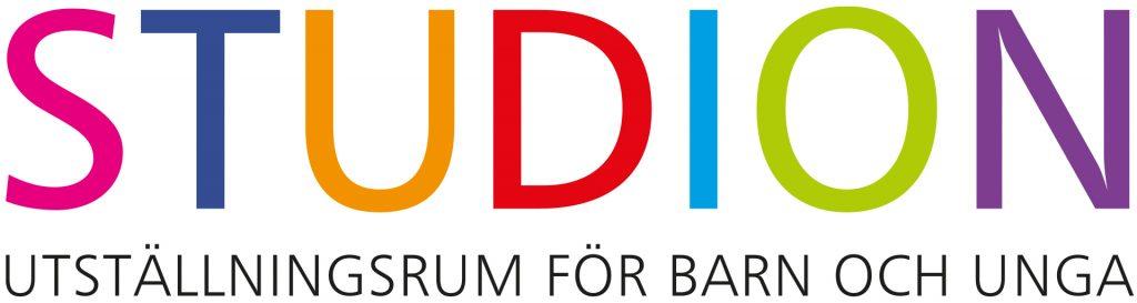 Logo för studion men texten Studion utställningsrum för barn och unga.