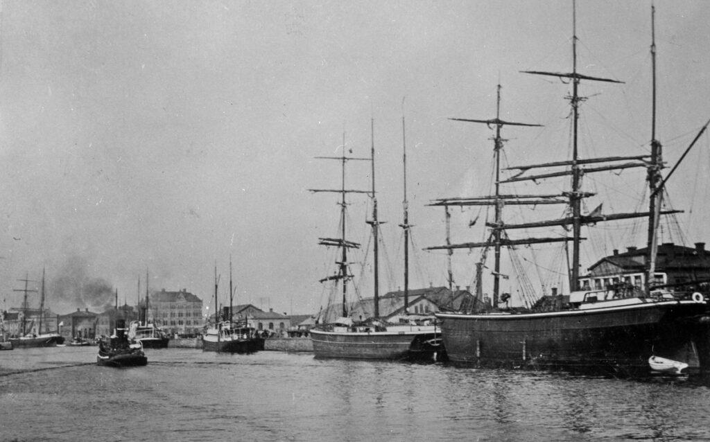 Svartvit foto av skepp i Gävle hamn.