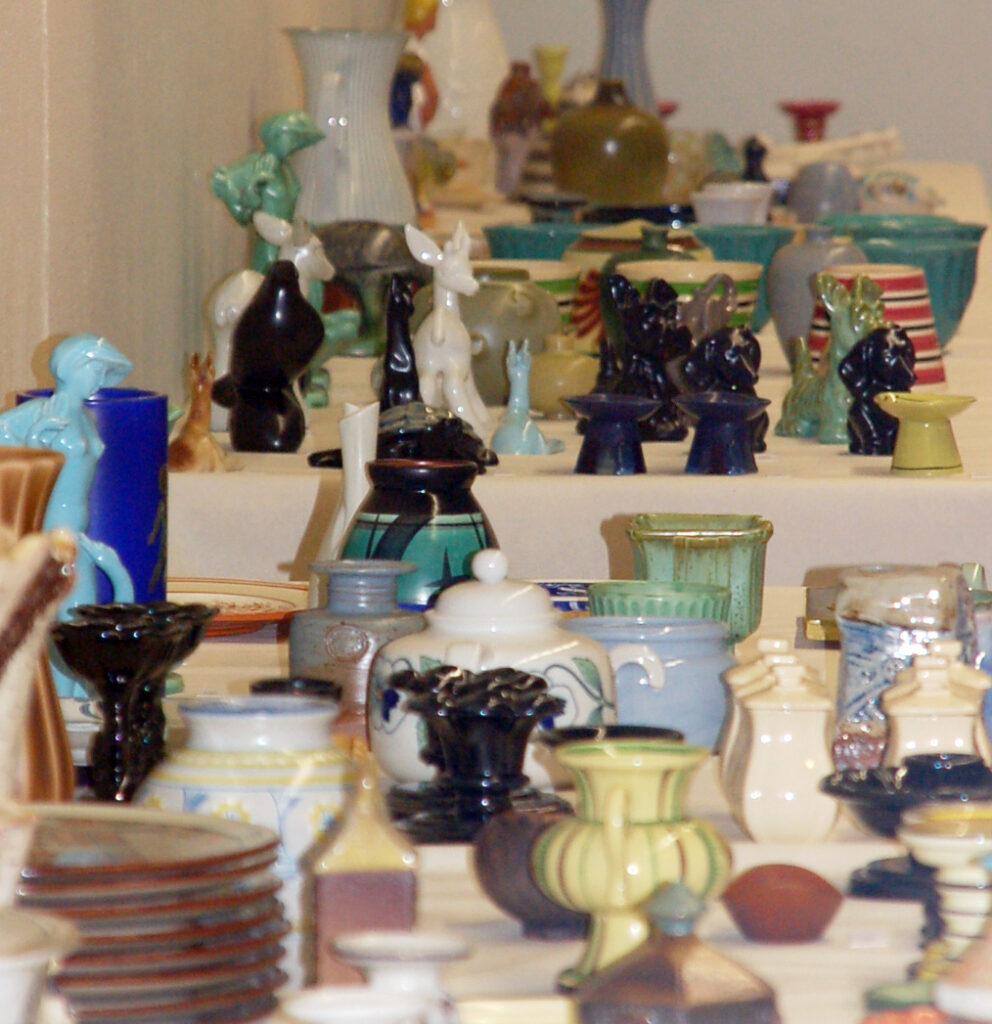 Utställning med en mängd keramiska föremål