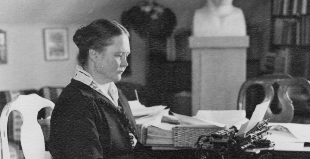 Kvinna vid skrivmaskin.