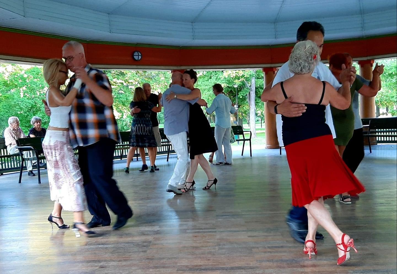 Dansande par på dansgolv