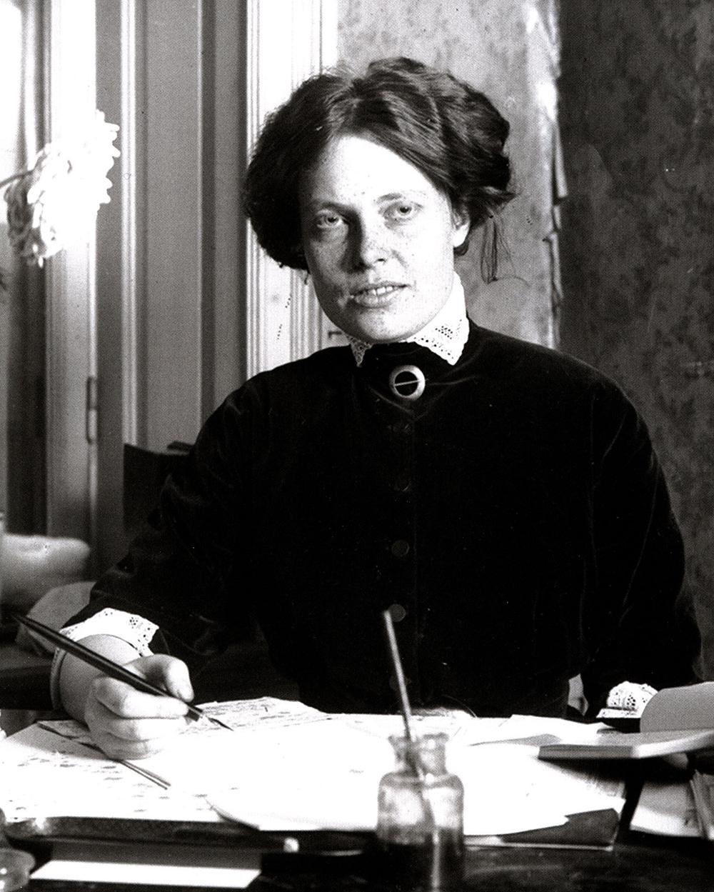 Svartvitt foto på Kerstin med penna och papper framför sig