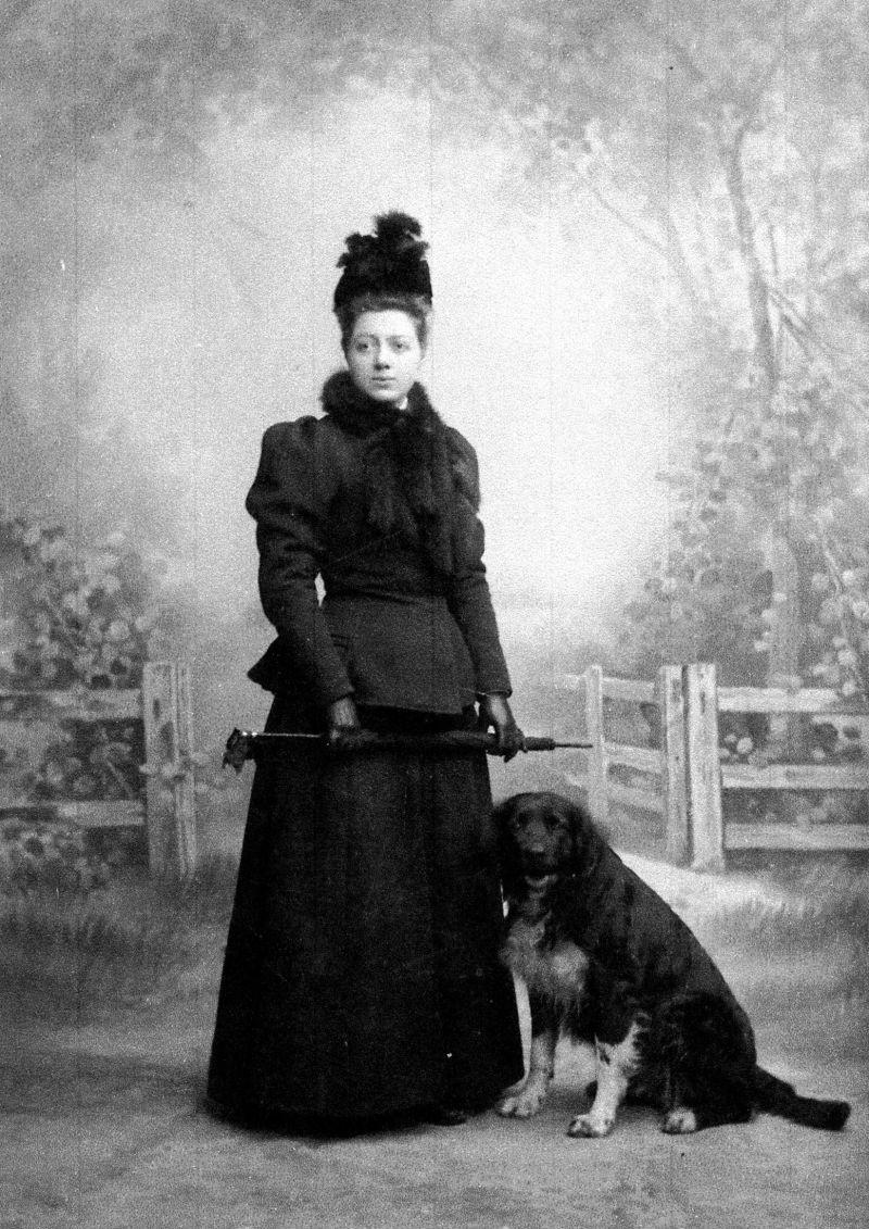 Svartvitt foto på Klara Lindh och en hund