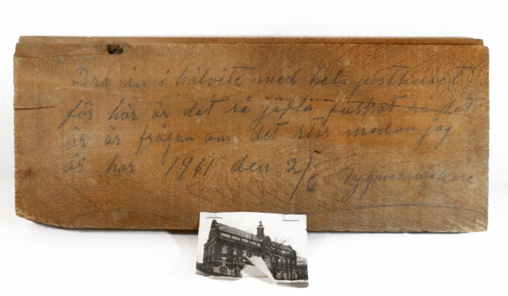 En brädbit med ett meddelande från en snickare som var med och byggde det nya posthuset i Gävle 1911.