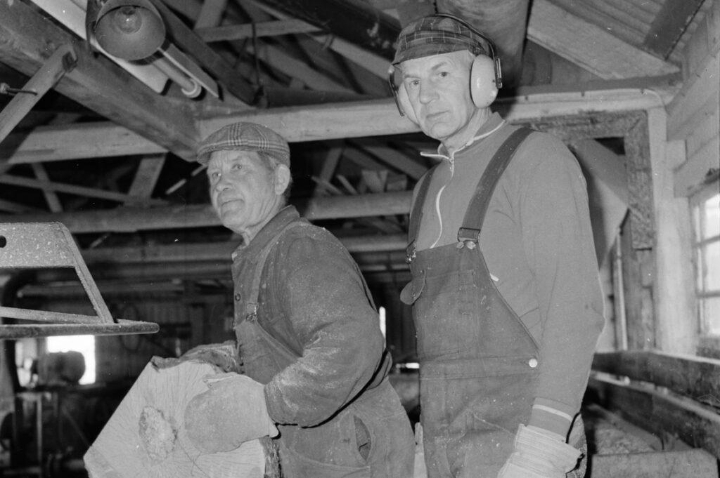 Svartvitt foto på två män i verkstadsmiljö